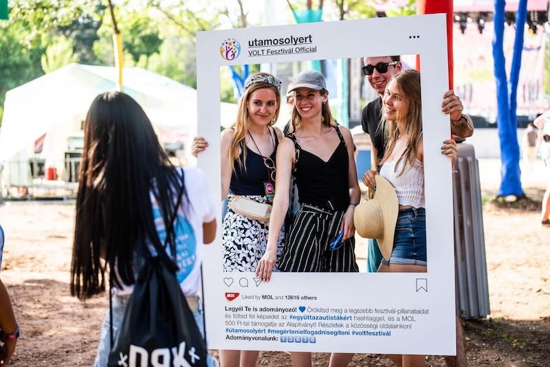 Az autizmussal élőket segíthetik a fesztiválozók egy selfivel
