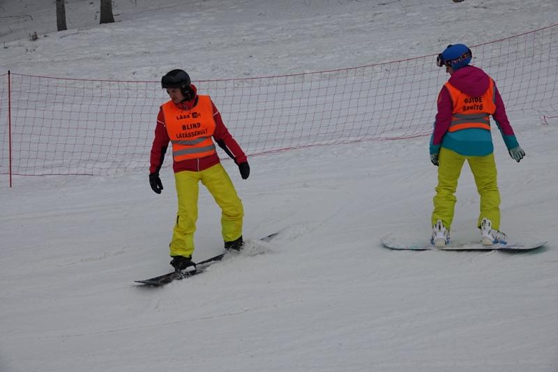 Látássérülteknek szervezett síoktatást a Decathlon