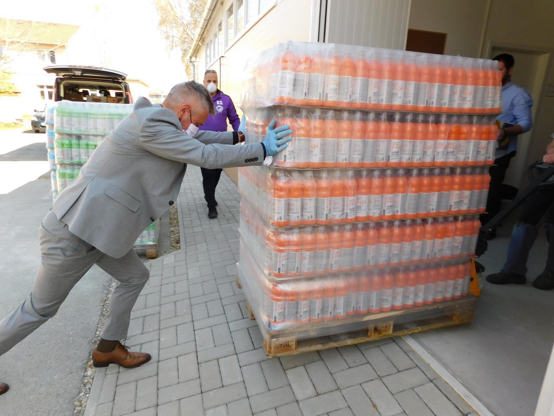Vitaminitalt adományozott szegényeknek az R-Water